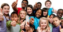 Niños felices y participando